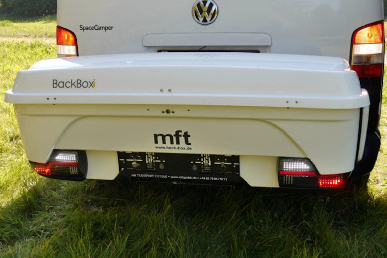 Die mft BackBox bringt zusätzlichen Stauraum hinter das Fahrzeug und ist mit über einen 13-poligen Stecker mit allen Heckleuchten verbunden.